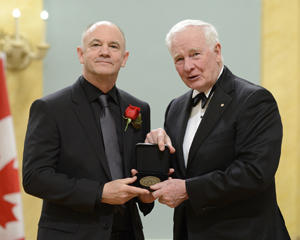 photo of professor Philip Hoffman receiving his medallion from Governor-General David Johnston